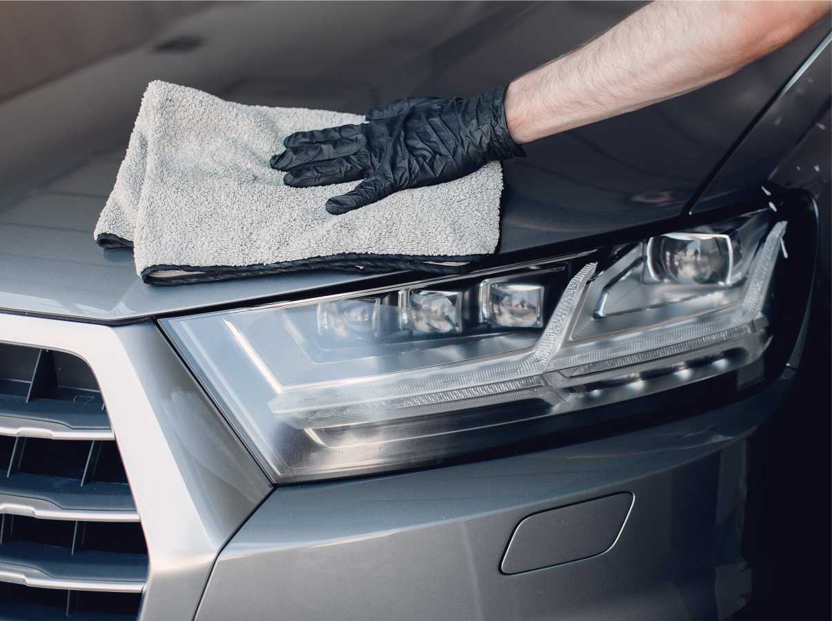 wiping-cleaning-car